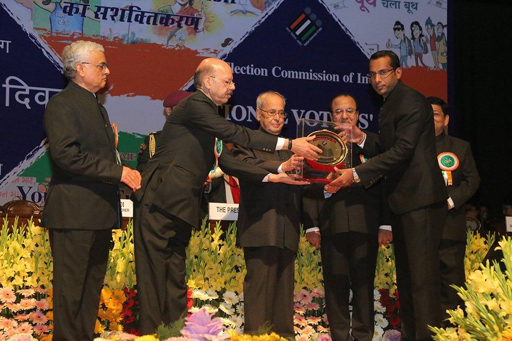 Hon'ble President of India Shri. Pranab Mukherjee awards Shri Mukesh Bansal, DEO Rajnandgaon, Chhattisgarh in the category of Electoral roll management.