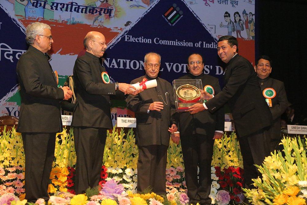Hon'ble President of India Shri. Pranab Mukherjee awards Shri Chandra Bhushan Kumar, CEO Delhi for Innovative Measure (Special Category).