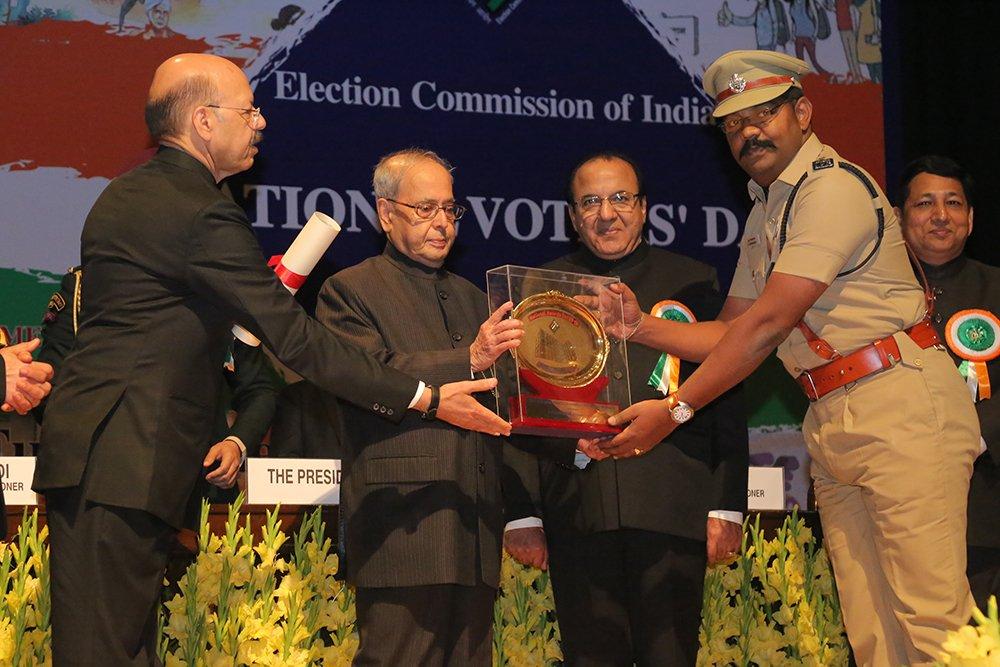 Hon'ble President of India Shri. Pranab Mukherjee awards Shri A Saravanan, SP Dindigul, Tamil Nadu in the category of Security Management.