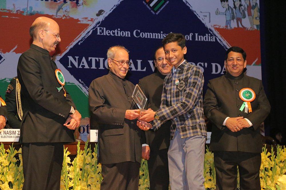 Hon'ble President of India Shri. Pranab Mukherjee awards the technical evaluation committee on EVM.
