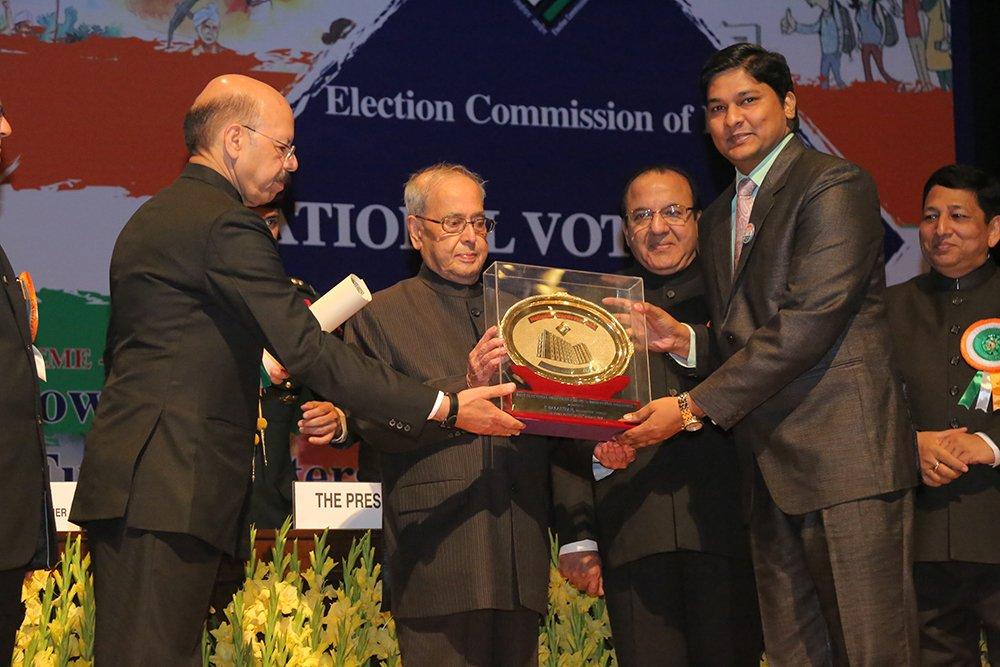 Hon'ble President of India Shri. Pranab Mukherjee awards Shri P Balakiran, DEO Kannur, Kerala in the category of innovative measures.