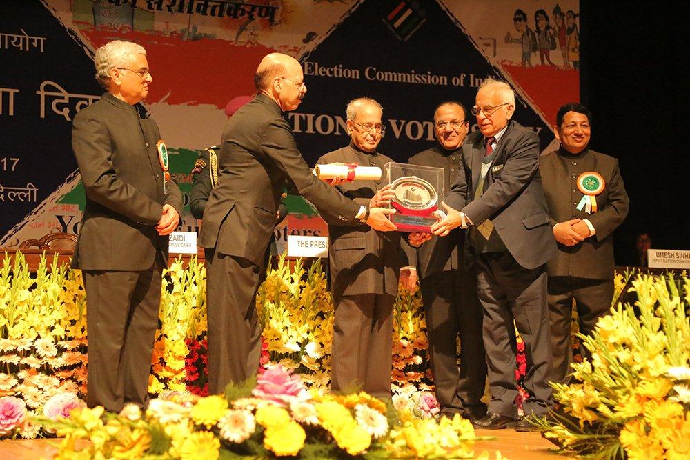 Hon'ble President of India Shri. Pranab Mukherjee awards Prof. D.T. Shahani, Chairman, TEC (IIT Delhi).
