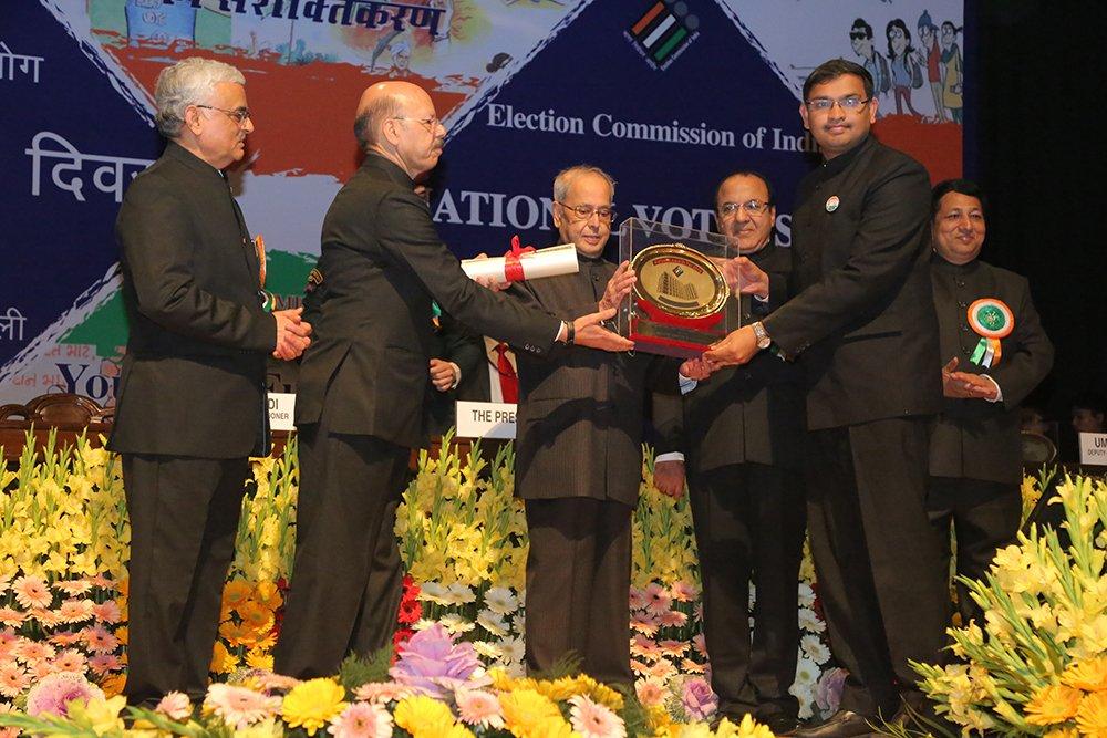 Hon'ble President of India Shri. Pranab Mukherjee awards Shri Kailash Karthik N, DEO Rangia, Assam in the category of IT initiatives.