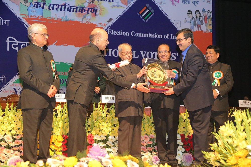 Hon'ble President of India Shri. Pranab Mukherjee awards Shri Rajesh Lakhoni, CEO Tamil Nadu for overall Election Management (Best State category).