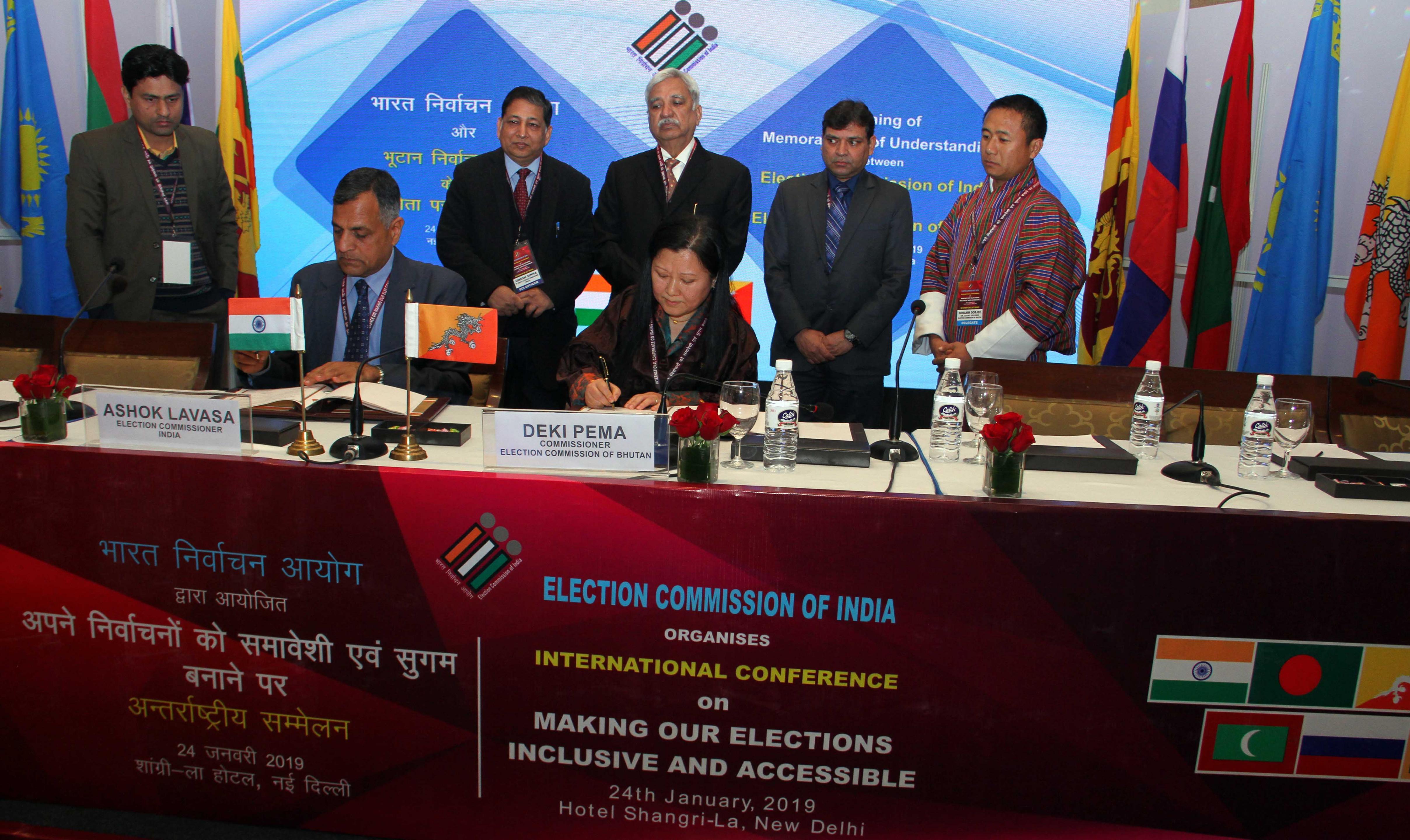 24 जनवरी, 2019 को नई दिल्ली में भूटान के निर्वाचन आयोग और भारत के निर्वाचन आयोग के बीच समझौता ज्ञापन पर हस्ताक्षर करते हुए