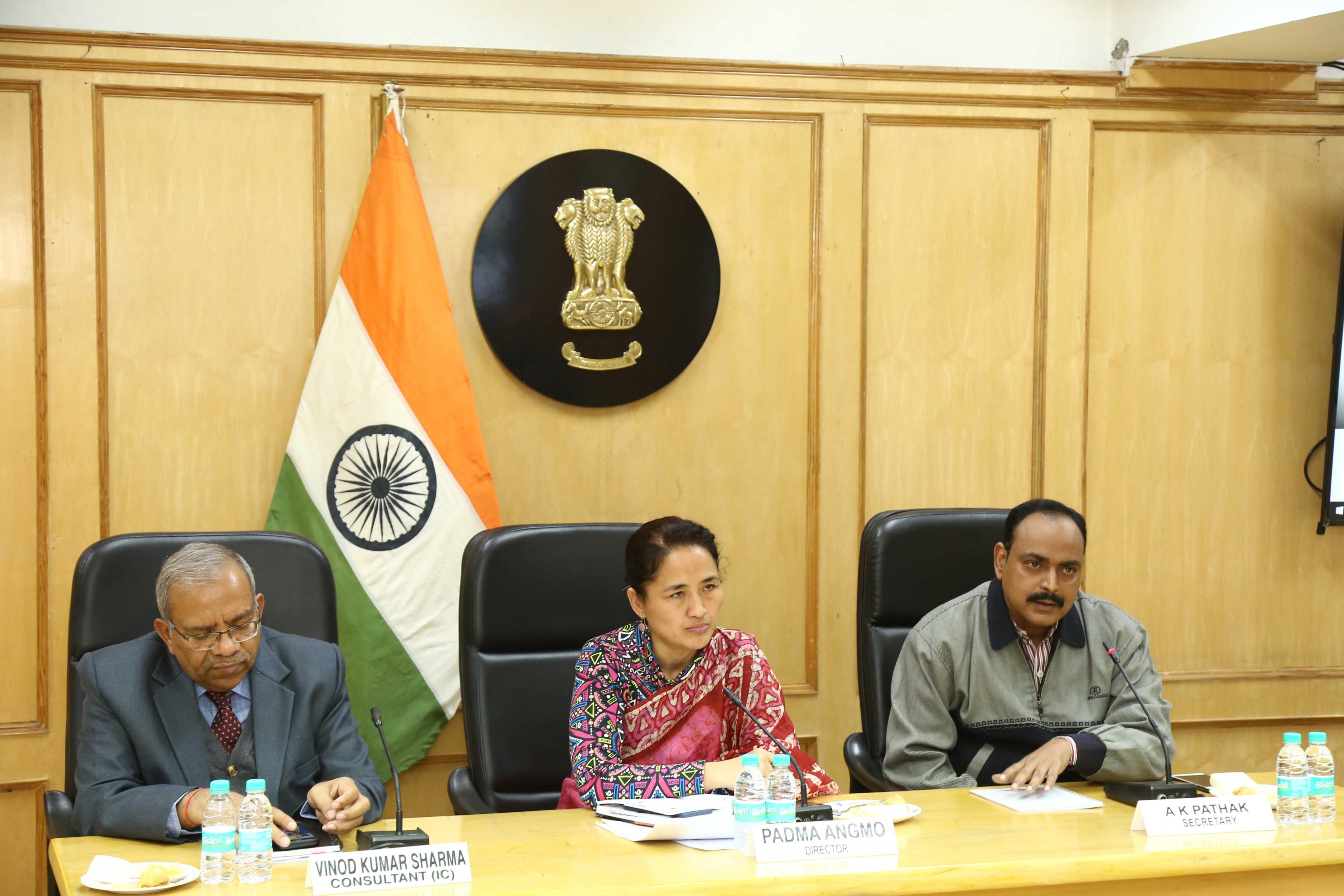 """""""भारत में निर्वाचन कैसे आयोजित किए जाते हैं और इस संबंध में श्रेष्ठ प्रथाएं"""" विषय पर ब्रीफिंग सत्र के दौरान (बाएं से दाएं) श्री विनोद कुमार शर्मा, सलाहकार (आईसी), सुश्री पद्मा आंगमो, निदेशक और श्री आनंद कुमार पाठक, सचिव"""