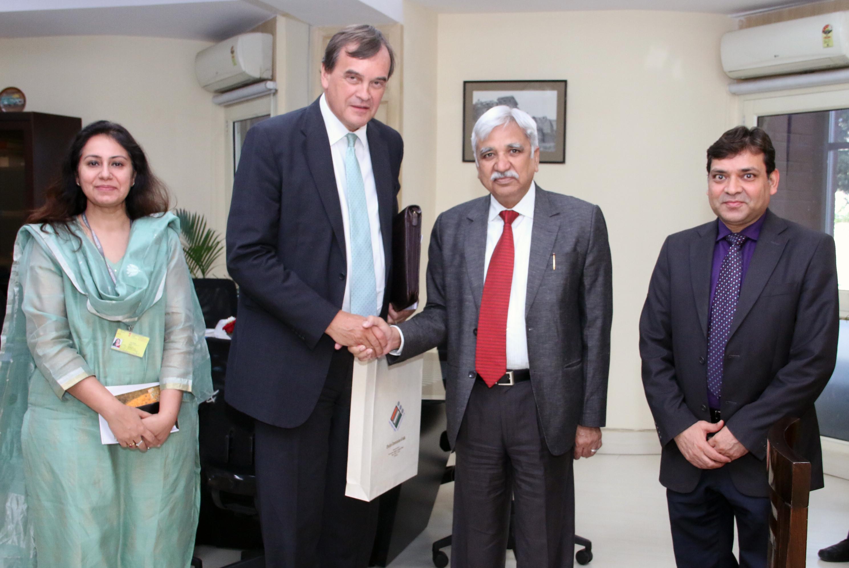 भारत में ब्रिटिश उच्चायुक्त, सर डोमिनिक अस्क्विथ ने 28 मार्च, 2019 को भारत के मुख्य निर्वाचन आयुक्त, श्री सुनील अरोड़ा से मुलाकात की।