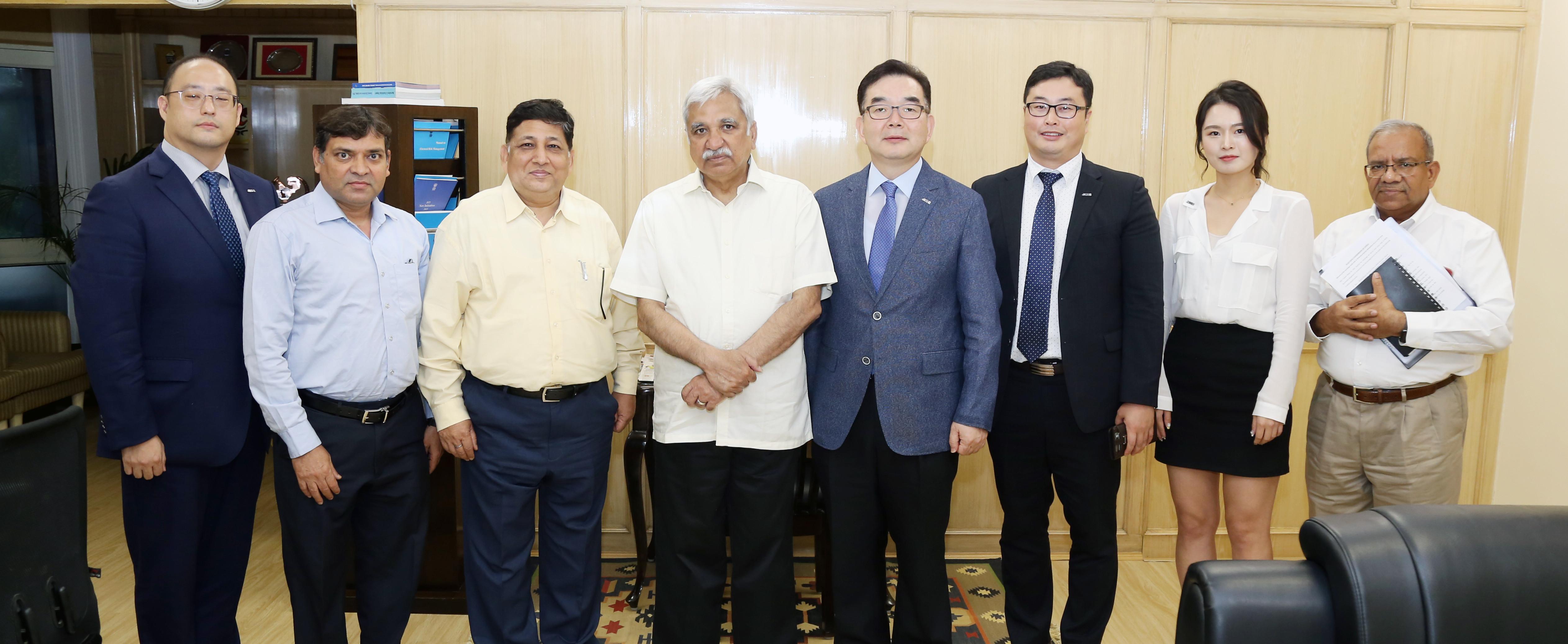 श्री वॉन जून हुई, निदेशक प्लानिंग डिपार्टमेंट के नेतृत्व में ए-डब्ल्यूईबी सचिवालय (विश्व निर्वाचन निकायों का संघ) के चार सदस्यीय प्रतिनिधिमंडल ने 4 जुलाई, 2019 को नई दिल्ली में भारत के मुख्य निर्वाचन आयुक्त, श्री सुनील अरोड़ा से मुलाकात की।