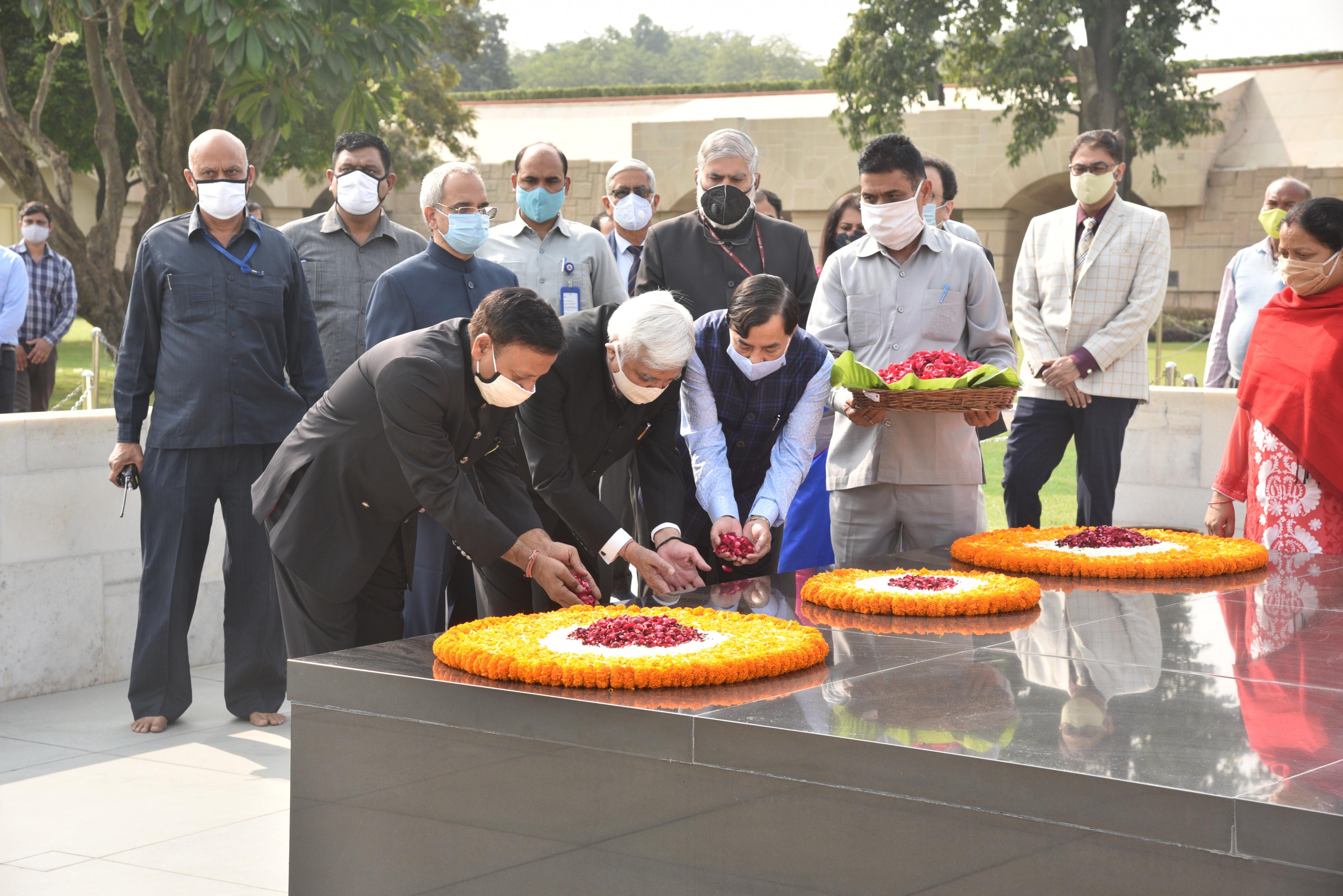 Hon'ble CEC & ECs offer floral tributes to Mahatma Gandhi at Rajghat,12th November 2020